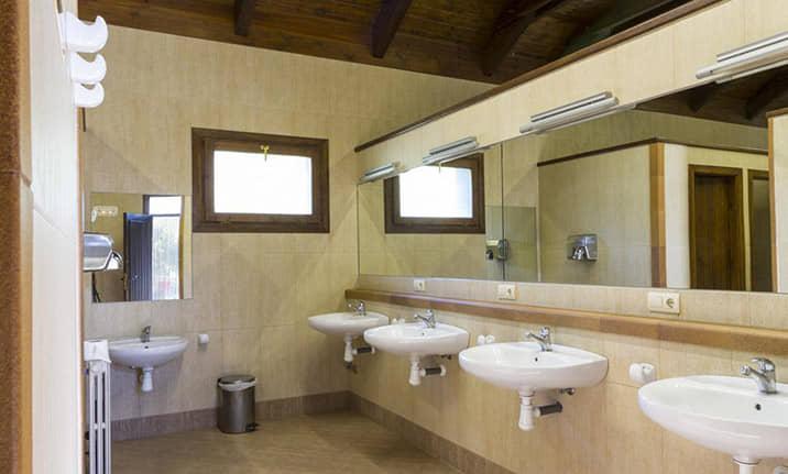 Vestuarios y baños del centro de actividades de Asdon en Pirineos de Gavin