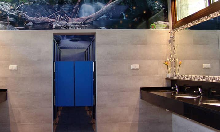 Vestuarios y baños del centro de actividades de Asdon en Pirineos