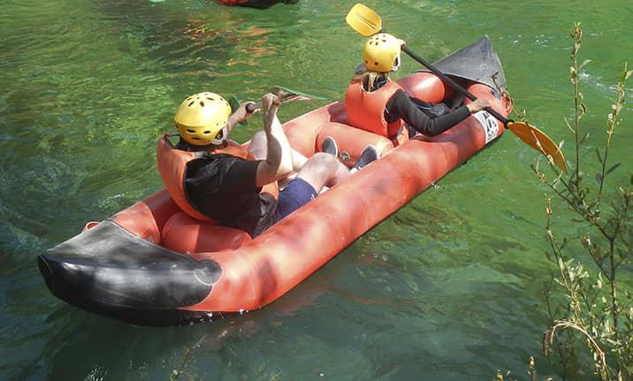 Canoa raft doble en las aguas bravas, Alto tajo