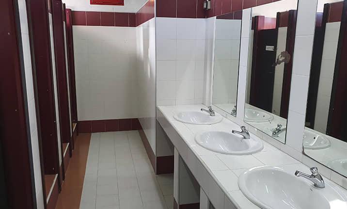 Edificio auxiliar con bañosy duchas, campamento English camp