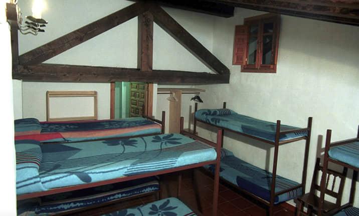 Literas en las habitaciones múltiples en el albergue de la sierra de Guadalajara