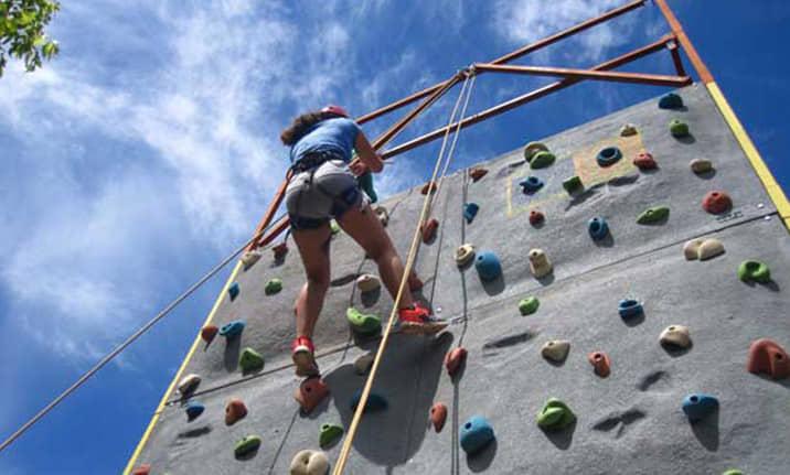 Zona multiaventura y deportiva en el albergue de la serrania de Cuenca