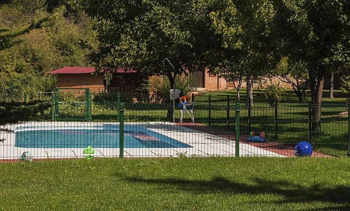 Jardines y piscina de verano en Hotel asociado Alto Tajo