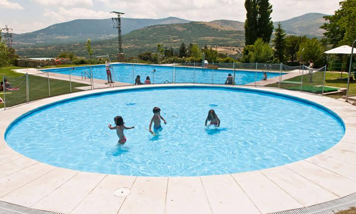 Piscina de verano, restaurante y terraza en Camping asociado valle Lozoya
