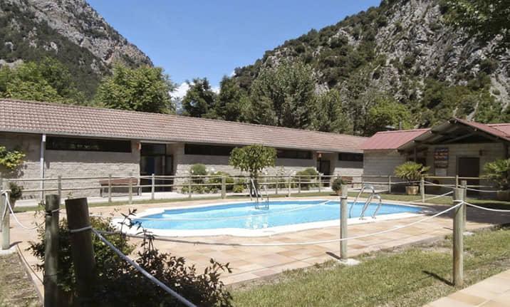 Piscina de verano, restaurante y terraza en Camping asociado valle Chistau