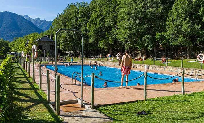 Piscina de verano, restaurante y terraza en Camping asociado valle de Tena