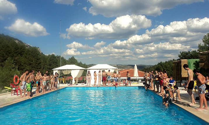 Piscina de verano en el albergue de la serrania de Cuenca