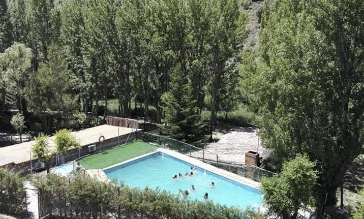 Piscina de verano en el albergue de la sierra norte de Guadalajara