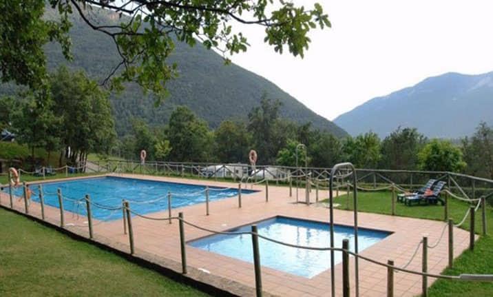 Piscina de verano en pirineos, centro de Asdon Aventura de Gavin