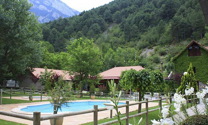 Piscina de verano en pirineos, centro de Asdon Aventura en Saravillo