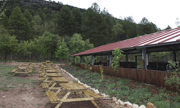 Salón Multiusos exterior para grupos y eventos en el albergue de la serrania de Cuenca