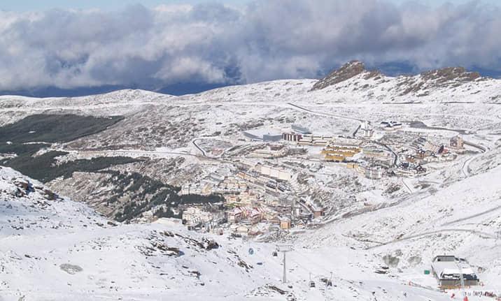 Raquetas de nieve en la estación de Sierra-Nevada